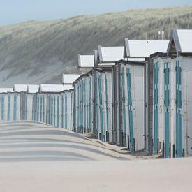 Blauwe strandhuisjes bij paal 17 aan het Noordzeestrand van Texel. van Ron Poot