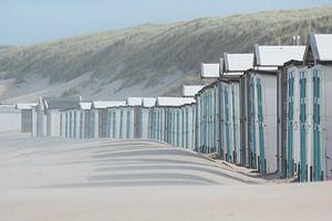 Blauwe strandhuisjes bij paal 17 aan het Noordzeestrand van Texel. van