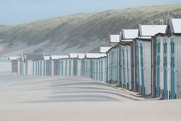 Maisons de plage bleue au pôle 17 sur la plage de Texel en mer du Nord. sur Ron Poot
