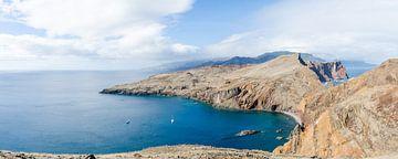 Helderblauwe baai op Ponta de São Lourenço met Madeira in de achtergrond von Bram van der Meer
