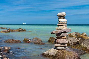 Steeple of stones on the Baltic Sea coast van Rico Ködder