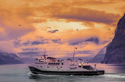 Fähre auf einem Fjord in Norwegen. von