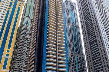 Immeubles de grande hauteur avec des façades en verre à Dubaï sur MPfoto71