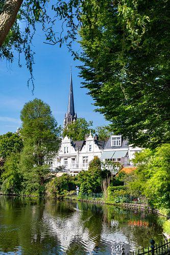Uitzicht op oude kerk Kralingen aan de vijver van Trinity Fotografie