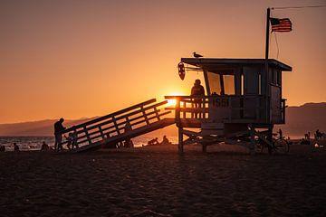 Zonsondergang met een strandwacht (Lifeguard) huisje langs de kust van Santa Monica Californië veren van Retinas Fotografie
