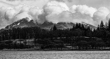 Berg met dikke wolken rond de top von Jacqueline Sinke