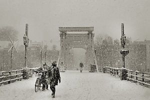 Magere brug in de sneeuw van