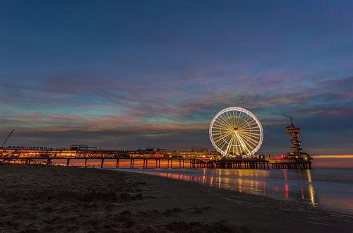 Strand van Scheveningen, pier en het reuzenrad op het blauwe uur van Gea Gaetani d'Aragona