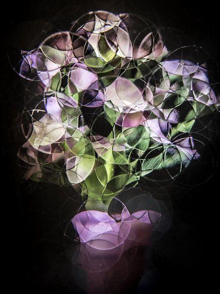boeket met paarse bloemen ( abstract stilleven ) van Marjolijn van den Berg