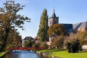 Stadtbild mit der Grote Kerk und der Stadtmauer von Vianen in den Niederlanden von Peter de Kievith Fotografie