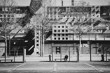 Stadt Schwarz-Weiß-Architektur Quadrat Porträt Gebäude (Heerlen) von Dorus Marchal