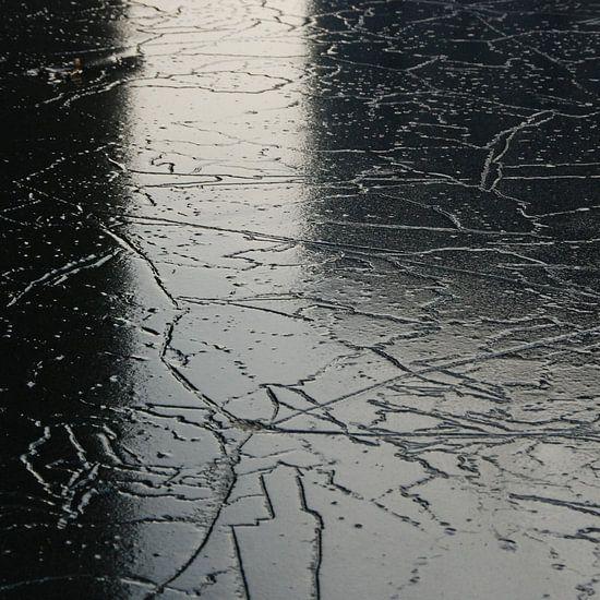 Abstract van stadse ijs reflectie in zwart wit van Annemie Hiele