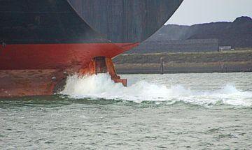 Container ship leaving the harbour of IJmuiden, the Netherlands van Mirjam Hartog