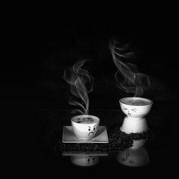Humoristisches Stillleben mit Kaffee in schwarz-weiß. von Saskia Dingemans