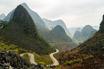 Kurvige Straße durch die hügelige Landschaft der Ha Giang-Schleife in Vietnam. von Twan Bankers