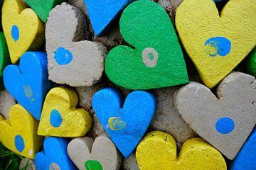 Een muur van gekleurde harten. van Marian Klerx