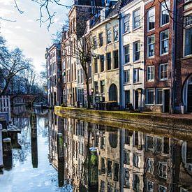 Weerspiegeling van grachtenpanden in het water van de oude gracht in Utrecht von Wout Kok