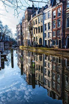 Weerspiegeling van grachtenpanden in het water van de oude gracht in Utrecht sur Wout Kok