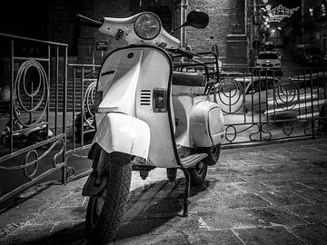 Vespa Scooter in Zwart Wit van Mario Calma