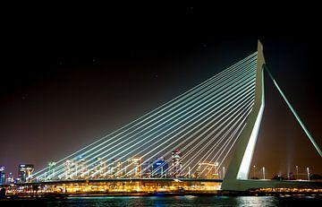 Erasmusbrug Rotterdam met sterrenhemel de grote beer van Brian Morgan