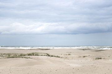 Strand met witte wolken op terschelling van Karijn Seldam