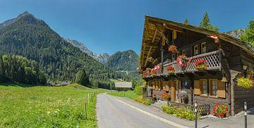 Chalet met bloembakken en zwitserse vlaggen, Champéry, Valais, Zwitserland van Rene van der Meer