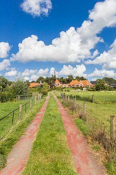 Een pad loopt naar het dorp Niehove in Groningen van Marc Venema