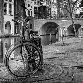 Altes Fahrrad auf dem Kanal in Utrecht von Stefan Fokkens