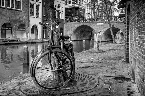 Altes Fahrrad auf dem Kanal in Utrecht von