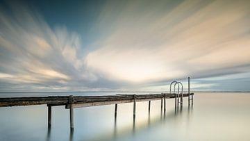 Steiger in het water tijdens zonsondergang van Michael Kuijl
