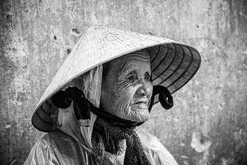 Oude vrouw vietnam van Manon Ruitenberg