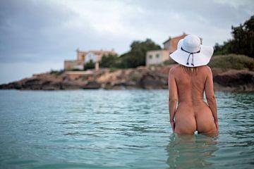 Jonge mooie vrouw naakt bij zonsopgang op het strand van Es Trenc in Mallorca van Vincent van Thom