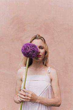 Blumenmädchen mit violetter Blume von Lotte de Graaf