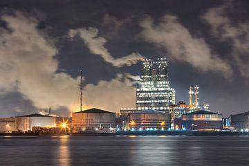 Petrochemische industrie met een dramatische hemel in de nacht van Tony Vingerhoets