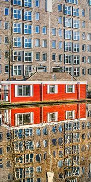 Modern appartementsgebouw en woonboot weerspiegeld in de Leeuwarder stadsgracht van Harrie Muis