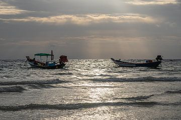 La nuit tombe à Kho Pipi - Thaïlande sur Rick Van der Poorten