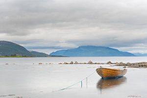 Bootje in fjord Versteralen Noorwegen van
