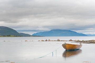 Bootje in fjord Versteralen Noorwegen van Bas Verschoor