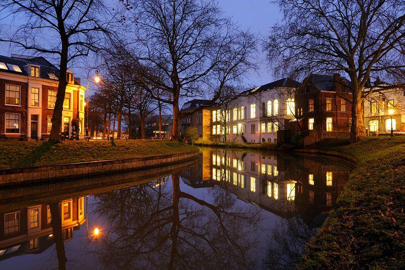 Weerdsingel in Utrecht met de achterzijde van Gezondheidscentrum Binnenstad van Donker Utrecht