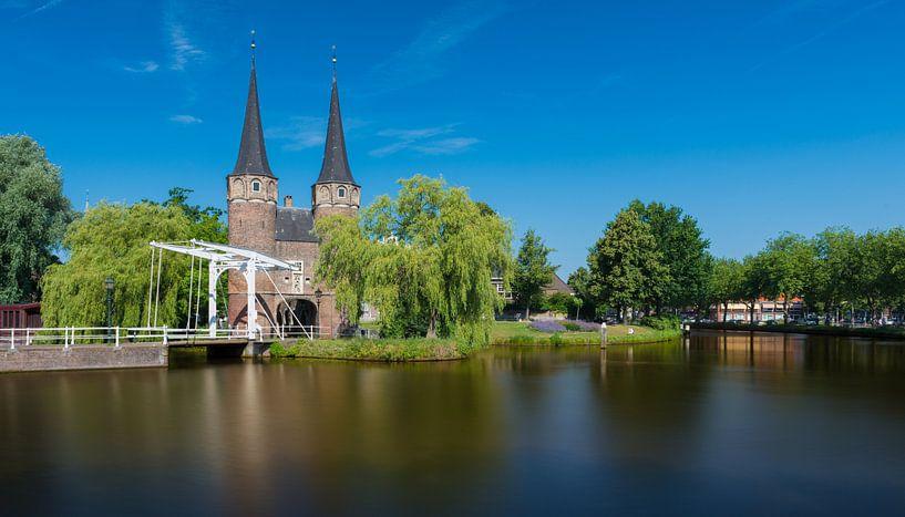 Oostpoort te Delft met stilstaand water van Marc de IJk