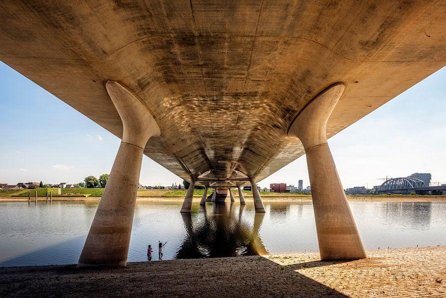 Under the bridge Nijmegen van Hans Hebbink