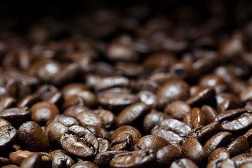 koffiedik, donkerbruine gebrande bonen, close-up met details op de voorgrond, wazig op de achtergron van Maren Winter