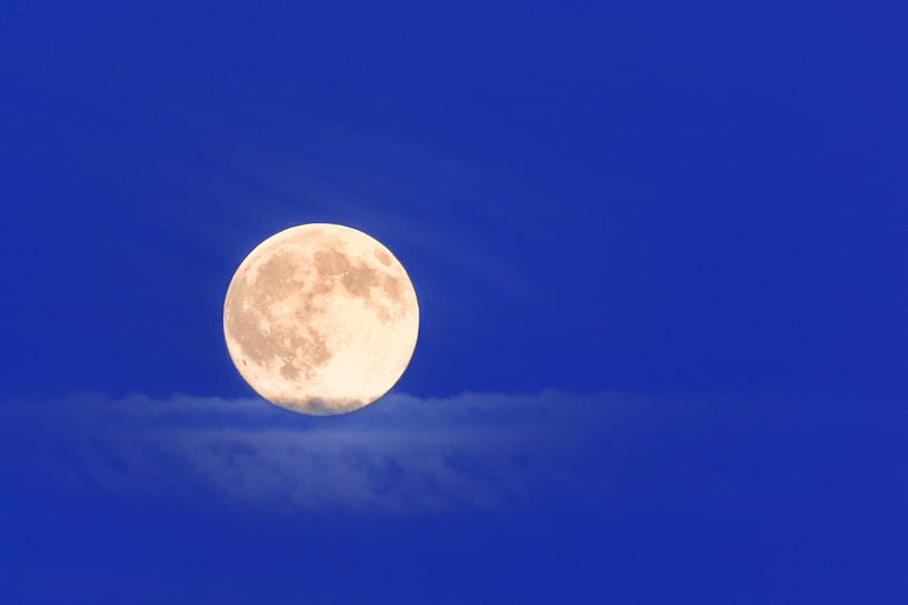 Maan tijdens blauwe uurtje  van R Smallenbroek