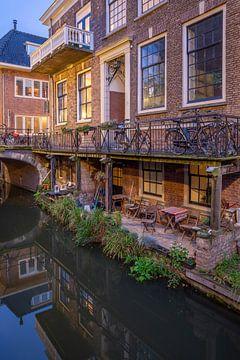 Avond Kromme Nieuwgracht Utrecht, stadstuin aan de werf