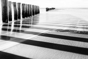 Des lignes dans le sable sur la plage sur Anja Brouwer Fotografie