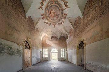 chambre abandonnée avec une belle peinture murale sur