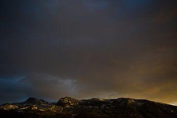 Isländische Berge bei Sonnenuntergang von Marcel Alsemgeest