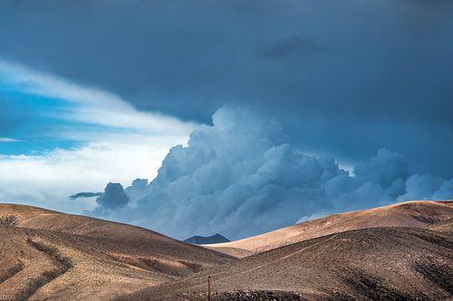 Landschap en wolkenlucht op Fuerteventura, Spanje van Harrie Muis