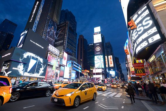 Times Square in New York in de avond met taxi's van Merijn van der Vliet
