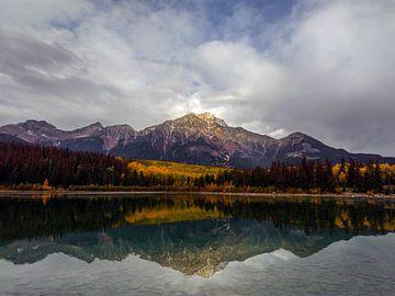 Patricia Lake in Jasper, Kanada von Daan Duvillier